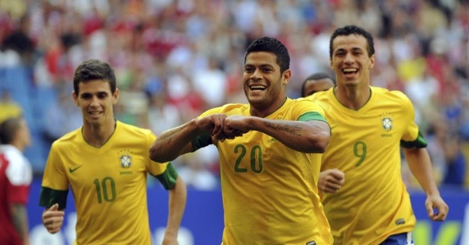O atacante Hulk (centro) comemora gol do Brasil contra a Dinamarca