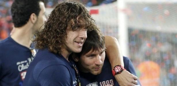 Puyol e Messi juntos no tempo em que o ex-jogador ainda atuava na zaga do Barcelona