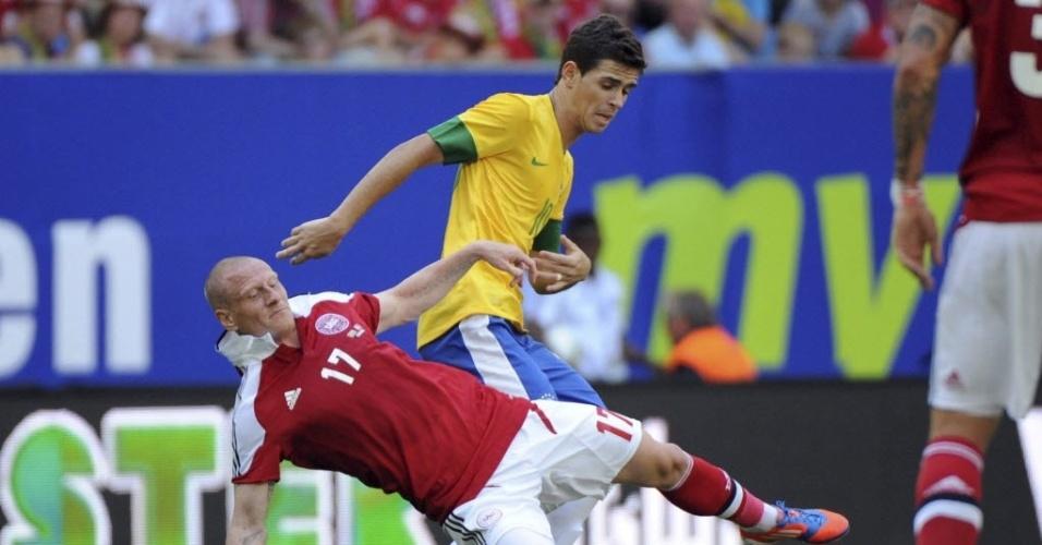 Oscar tenta se livrar da marcação do dinamarquês Niki Zimling