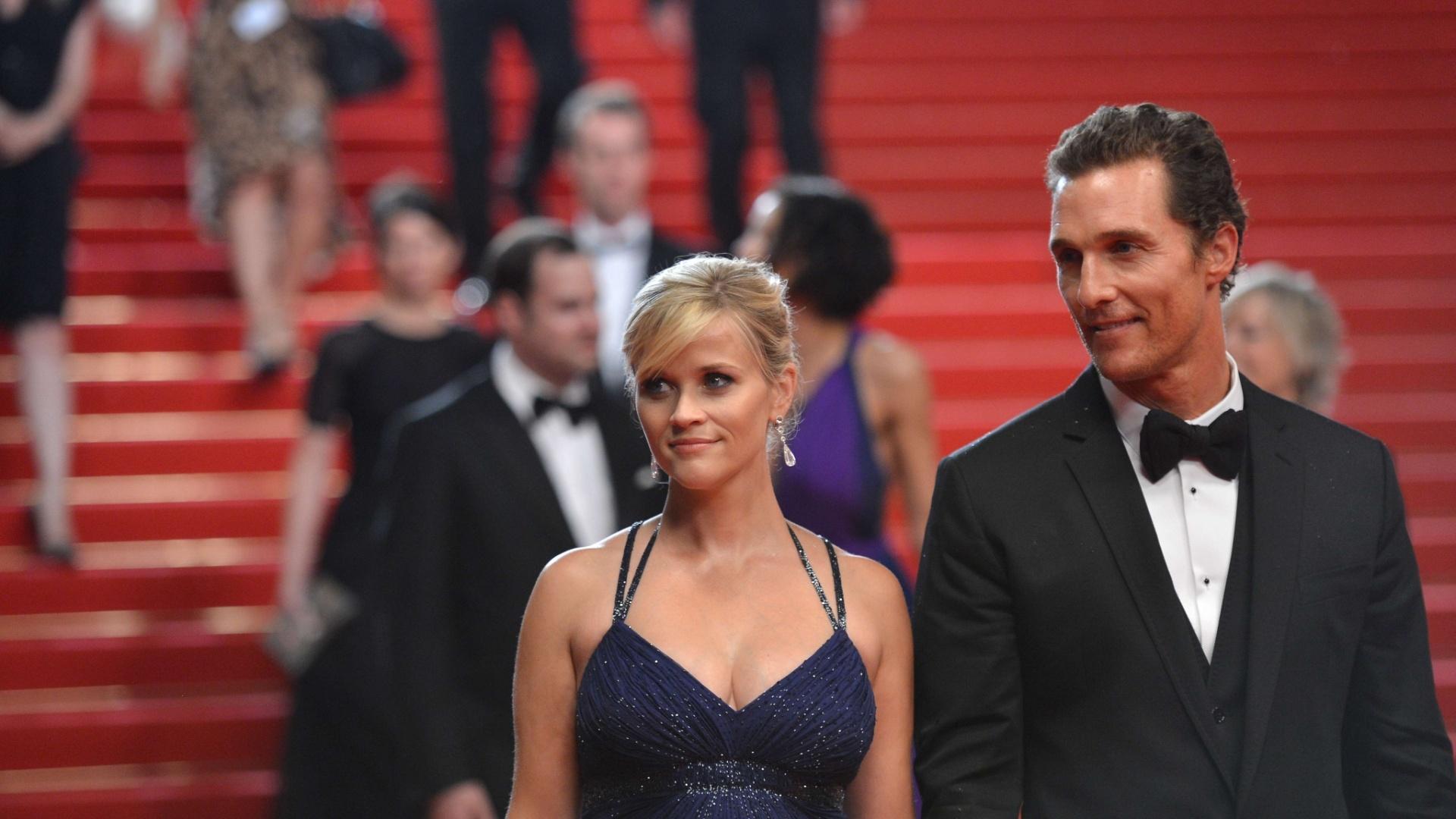Reese Witherspoon e Matthew McConaughey sorriem na saída da exibição do longa
