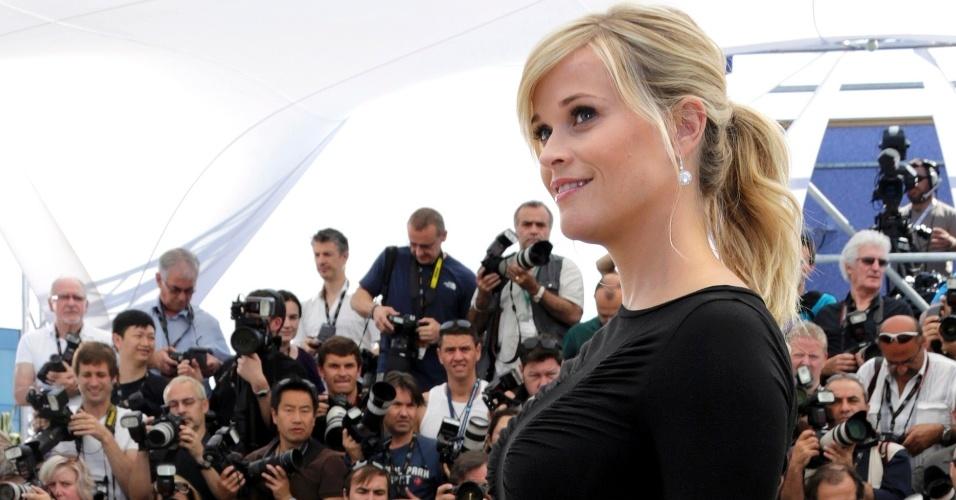 Reese Witherspoon exibe a barriga de cinco meses de gravidez em sessão de fotos antes de falar aos jornalistas em Cannes sobre o filme