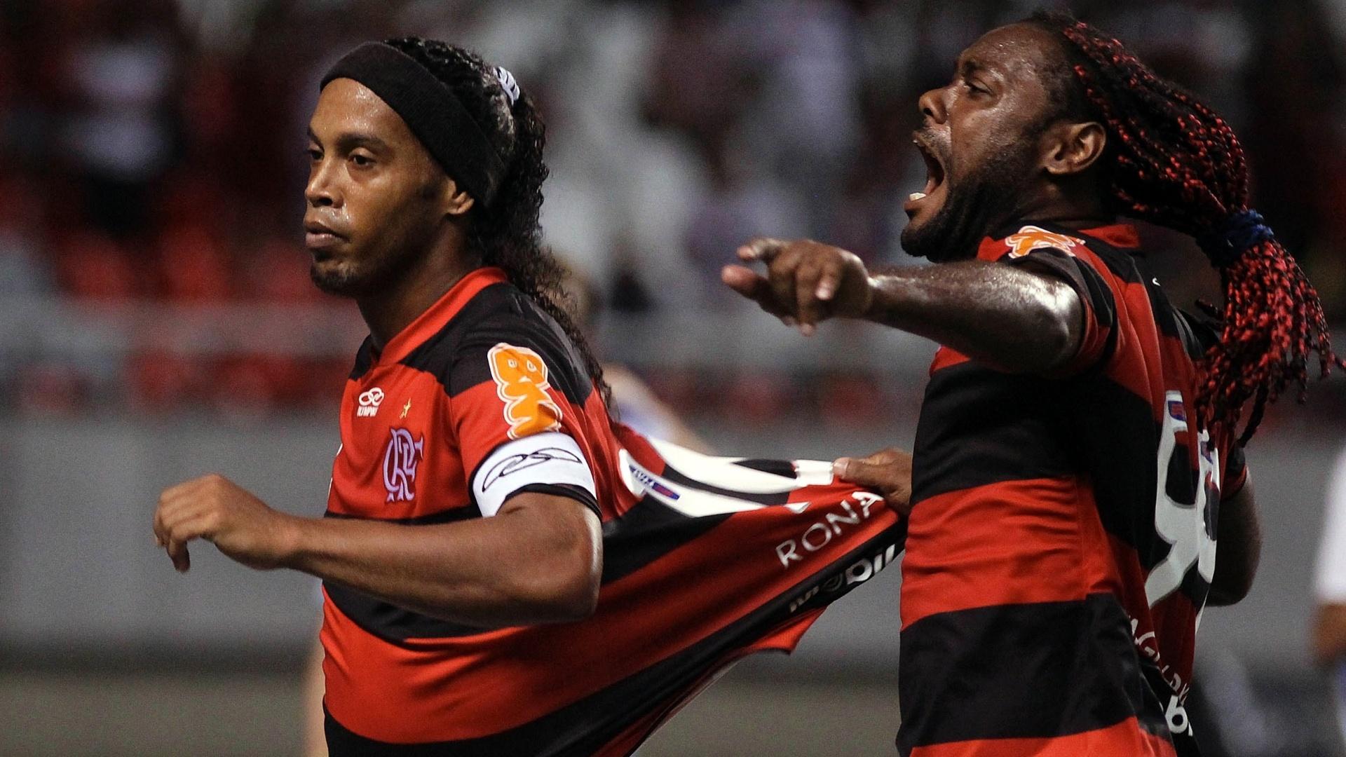 Ronaldinho Gaúcho comemora seu gol de pênalti com Vágner Love