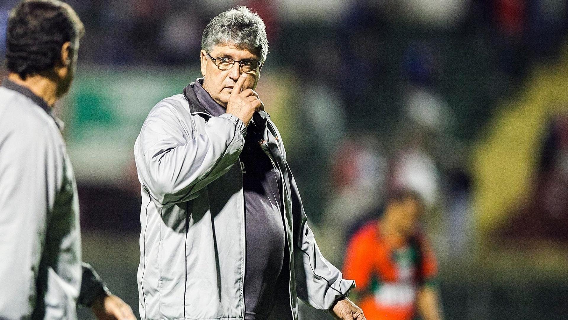 Técnico da Portuguesa, Geninho estava apreensivo no segundo tempo com a derrota da equipe