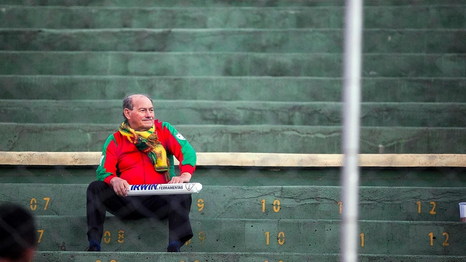 Torcedor da Portuguesa, senhor espera o início da partida de sua equipe contra o Vasco, no Canindé
