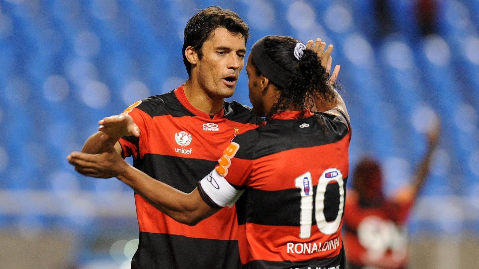 Zagueiro do Flamengo, Marcos González abraça Ronaldinho Gaúcho, após gol de pênalti do meia