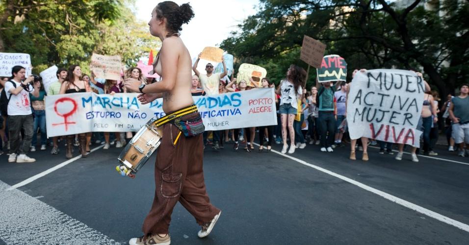 26.mai.2012 - A Marcha das Vadias é organizada coletivamente e defende o fim da violência contra as mulheres. Na foto, a manifestçaão deste domingo em Porto Alegre