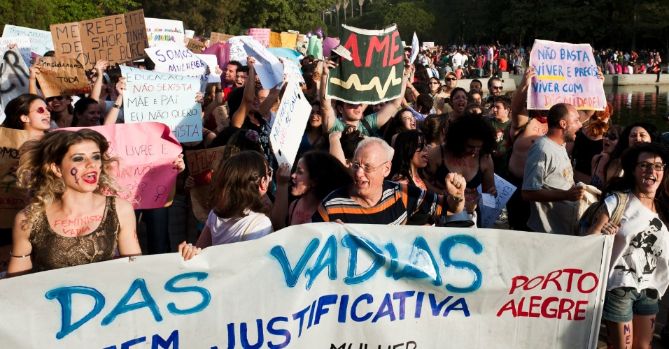 """26.mai.2012 - """"Estupro não tem justificativa"""" foi o mote da manifestação em Porto Alegre. A primeira Marcha das Vadias aconteceu em Toronto, no Canadá, depois que um policial canadense atribuiu casos de estupros ao fato de """"as mulheres se vestirem como vadias"""""""