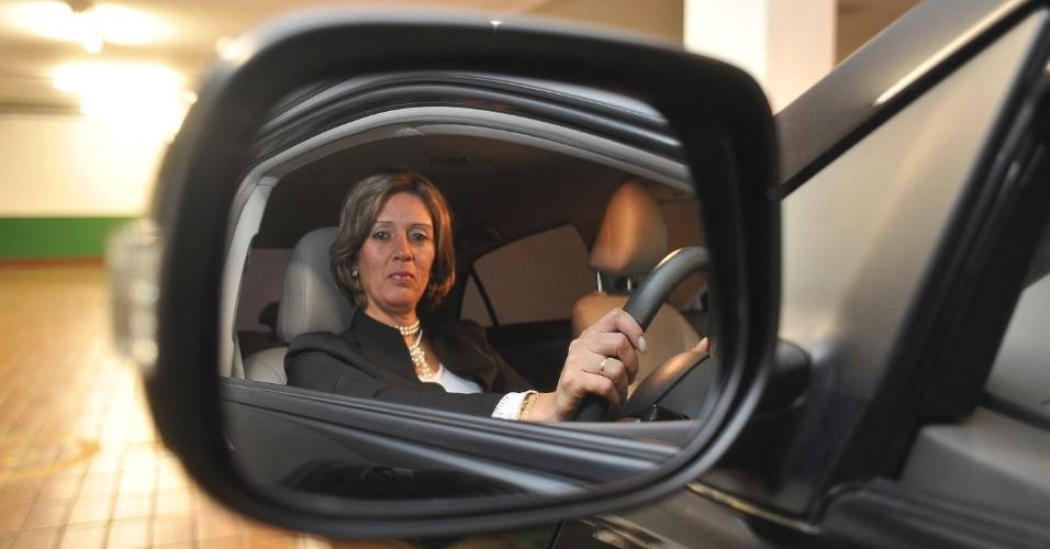 """27.mai.2012 - A motorista Rita do Socorro Matias de Araújo diz que """"não passa aperto"""" no que se refere à mecânica de carro. Ela é a responsável por conduzir o chanceler pelas ruas e avenidas de Brasília"""