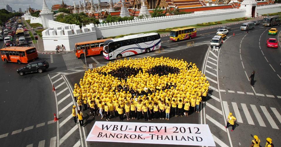 """27.mai.2012 - Centenas de pessoas com deficiência visual formam um """"rosto sorridente cego"""" durante o """"Sorriso Feliz Cego"""", evento organizado pela Associação de Cegos da Tailândia, em Bangcoc"""