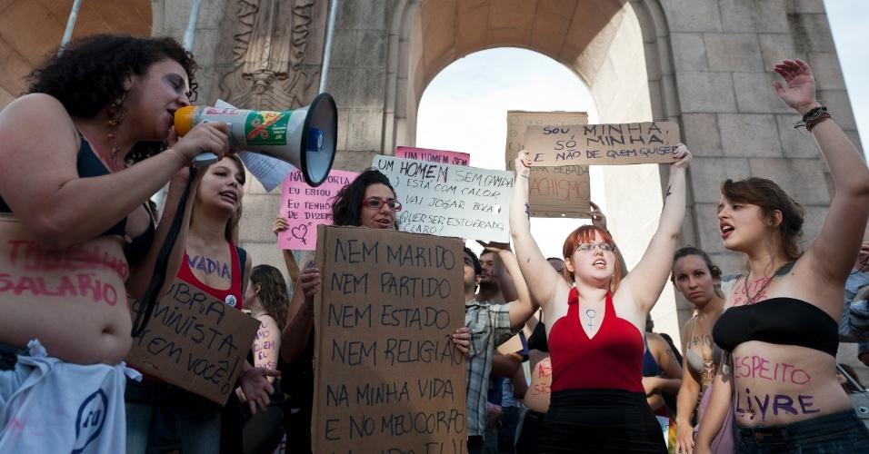 """27.mai.2012 - """"Estupro não tem justificativa"""" foi o mote da manifestação em Porto Alegre. A primeira Marcha das Vadias aconteceu em Toronto, no Canadá, depois que um policial canadense atribuiu casos de estupros ao fato de """"as mulheres se vestirem como vadias"""""""