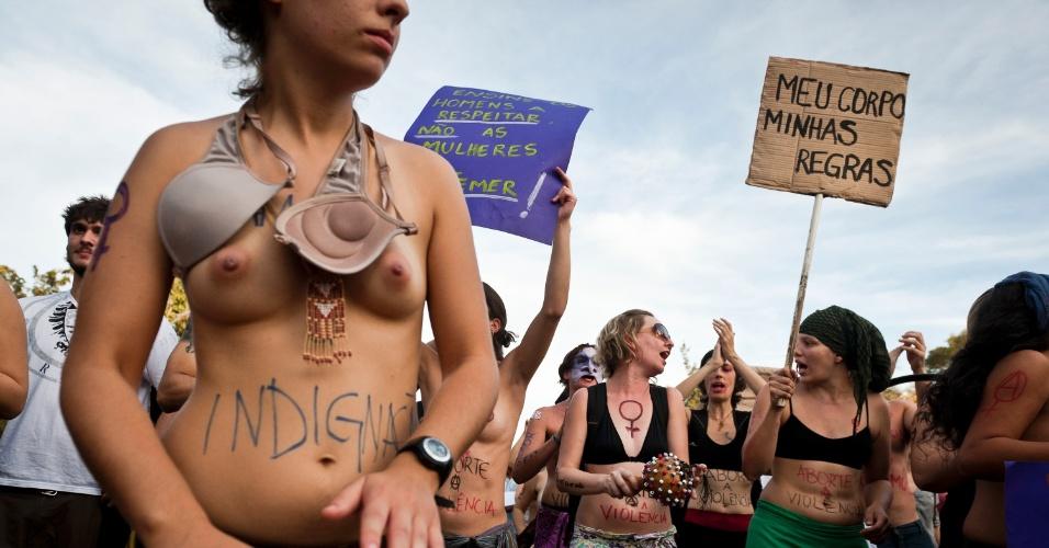 """27.mai.2012 - Manifestantes pintam o corpo para a Marcha das Vadias, em Porto Alegre. A primeira Marcha aconteceu em Toronto, no Canadá, em abril do ano passado, depois que um policial canadense atribuiu casos de estupros ao fato de """"as mulheres se vestirem como vadias"""""""