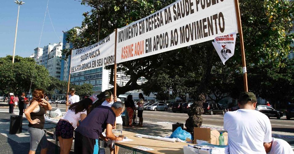 27.mai.2012 - Médicos fazem uma manifestação por melhores condições salariais e pela qualidade da saúde pública, este domingo (27), na praia de Copacabana, no Rio de Janeiro