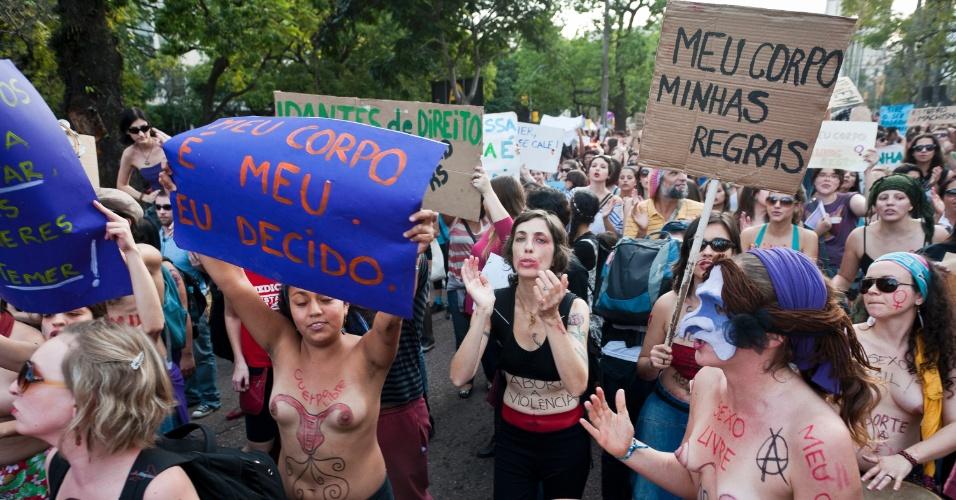 """27.mai.2012 - Mulheres e homens realizaram a Marcha das Vadias em Porto Alegre neste domingo. A primeira Marcha aconteceu em Toronto, no Canadá, em abril do ano passado, depois que um policial canadense atribuiu casos de estupros ao fato de """"as mulheres se vestirem como vadias"""""""