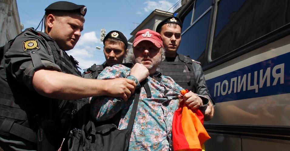 27.mai.2012 - Oficiais do Ministério do Interior detêm ativista dos direitos homossexuais durante parada do orgulho gay, não autorizada pelas autoridades, em Moscou, na Rússia