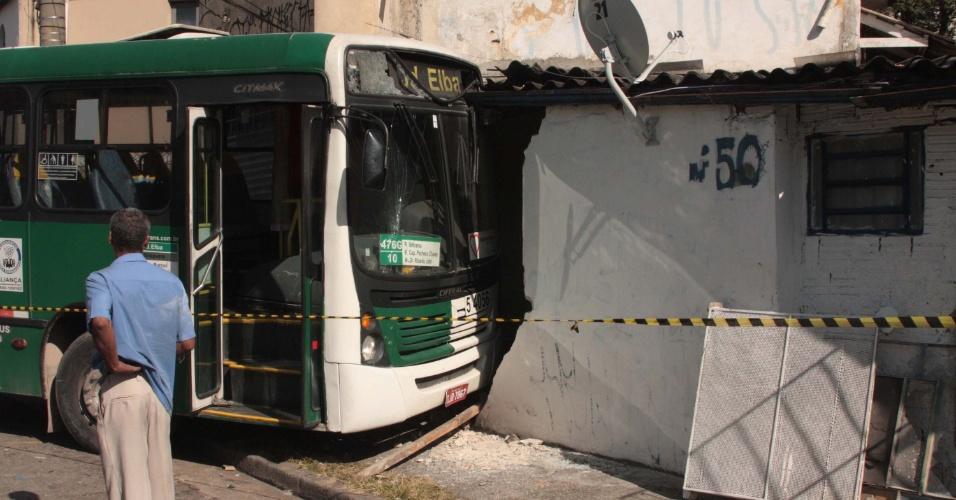27.mai.2012 - Um ônibus bateu em uma casa na manhã deste domingo (27) na rua José Chimenti, bairro do Ipiranga, em São Paulo. Quatro pessoas que estavam na casa ficaram feridas e foram levadas ao hospital pelos Bombeiros