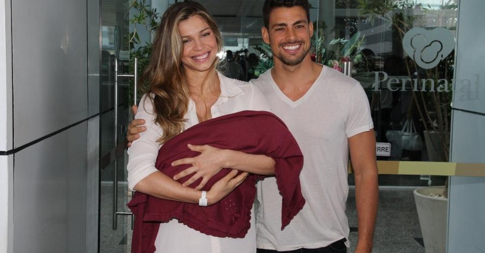 Acompanha de Cauã Reymond, Grazi Massafera têm alta e deixa a maternidade com a filha Sofia  no Rio de Janeiro (27/5/12)