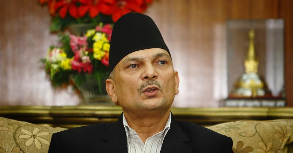 De sua residência oficial em Katmandu, o primeiro-ministro nepalês Baburam Bhattarai comunica ao país a realização de novas eleições em 22 de Novembro. O atual Parlamento não chega a um consenso para a redação de uma nova Constituição para o país