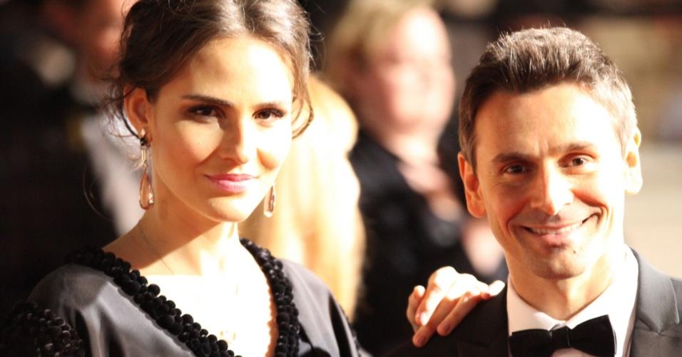 Fernanda Tavares e Murilo Rosa posam para fotos no tapete vermelho da cerimônia de encerramento do Festival de Cannes, na França (27/5/12)