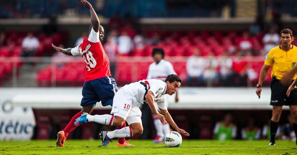 Jadson, meia do São Paulo, vai para o chão após choque com Zé Roberto, do Bahia