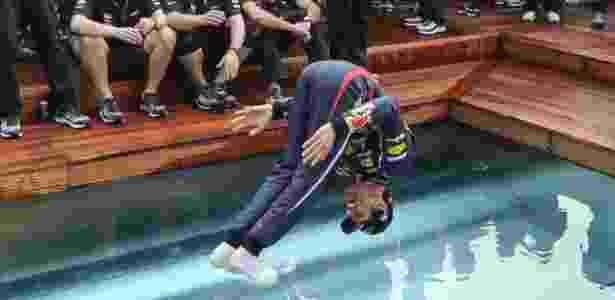 Mark Webber se joga na piscina - STRINGER/REUTERS - STRINGER/REUTERS