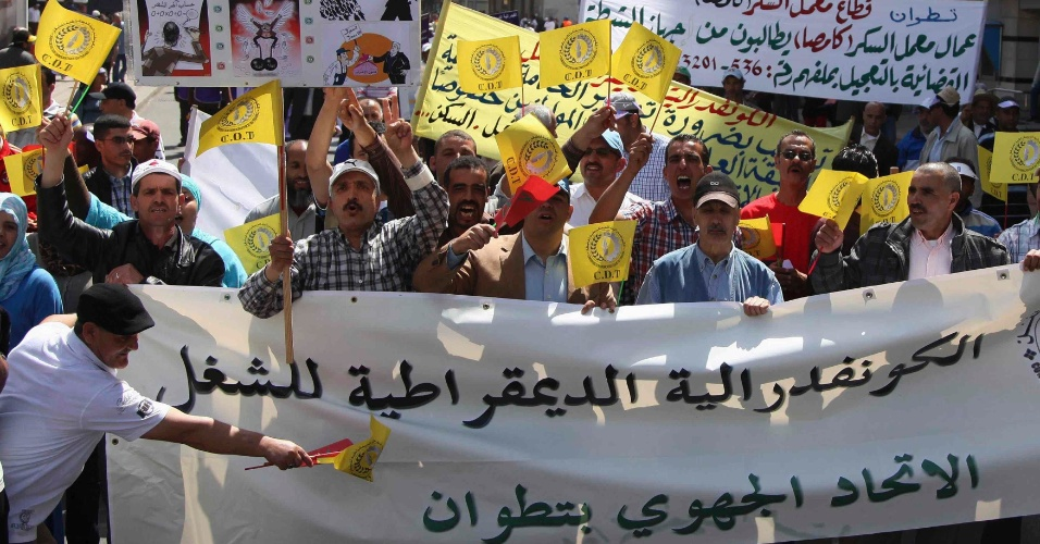 Marroquinos fazem manifestação em favor de sindicatos, democracia e melhoria das condições sociais, em Casablanca. Os manifestantes são de oposição ao governo islâmico do Marrocos, liderado pelo primeiro-ministro Abdelilah Benkirane, que venceu eleições em novembro do ano passado