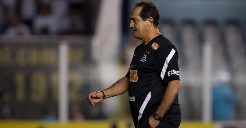 Muricy Ramalho deixa o gramado após o empate por 0 a 0 entre Santos e Sport, na Vila Belmiro