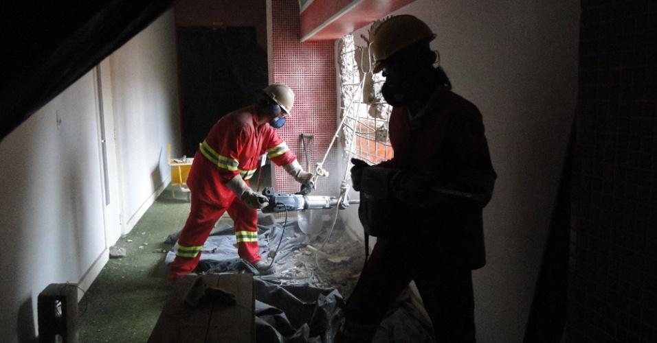 Operários derrubam uma parede que servirá para a entrada dos times no gramado do estádio Beira-Rio que passa por reforma (25/05/2012)