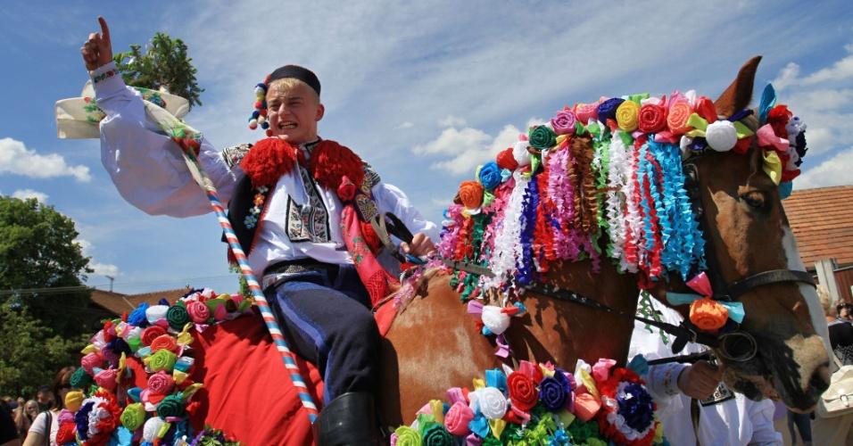 Rapaz desfila em seu cavalo decorado durante a ?Cavalgada dos Reis? na cidade Vlcnov, região da Morávia, na República Tcheca
