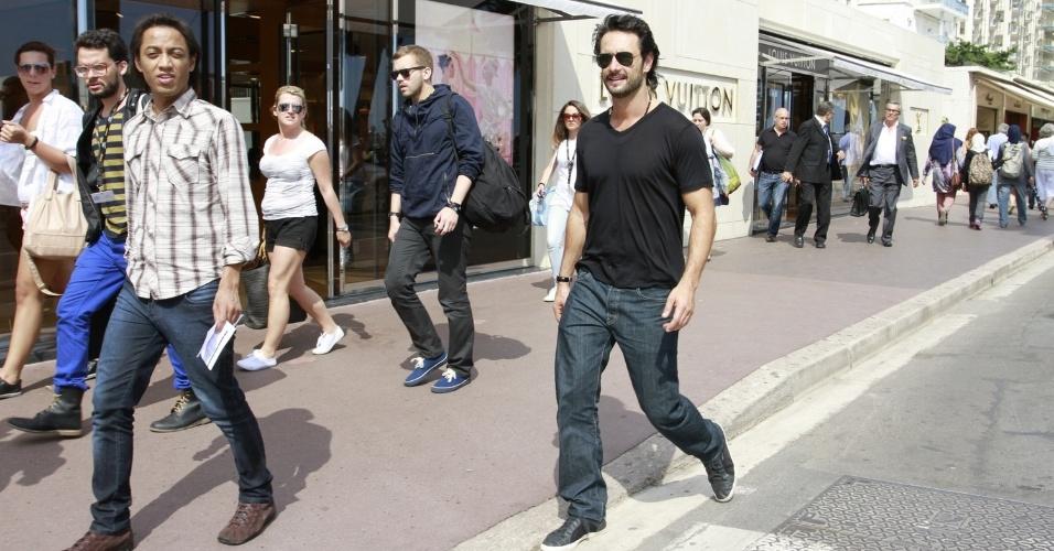 Rodrigo Santoro passeia pela Croisette, principal via de Cannes, onde acontece o Festival de Cinema (27/05/2012)