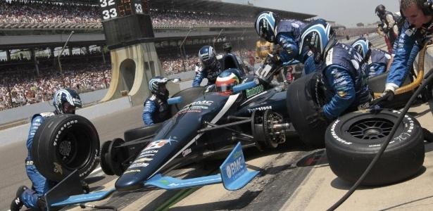 Rubens Barrichello faz a troca de pneus durante as 500 milhas de Indianápolis