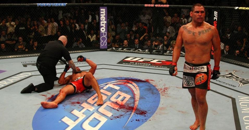 Sangrando muito, Pezão teve poucas chances de atacar e acabou nocauteado por Cain Velásquez