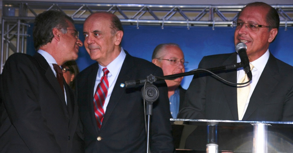 28.mai.2012 - Acompanhado de Andrea Matarazzo (esq,) e do governador de São Paulo, Geraldo Alckmin (dir.), o pré-candidato à Prefeitura de São Paulo pelo PSDB (Partido da Social Democracia Brasileira) José Serra participa da comemoração do aniversário do partido, em São Paulo