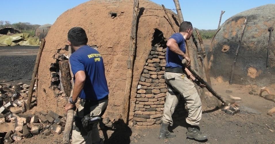 28.mai.2012 - Agentes da PRF (Polícia Rodoviária Federal) encontram 144 fornos em sete carvoarias irregulares no sul do Piauí, que mantinham 70 trabalhadores em condições análogas à escravidão. No local foram apreendidos ainda cinco toneladas de carvão