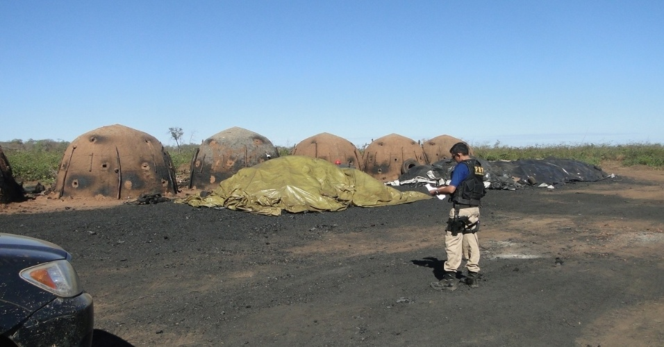 28.mai.2012 - Agentes da PRF (Polícia Rodoviária Federal) fazem inspeção em uma das sete carvoarias irregulares no sul do Piauí, que mantinham trabalhadores em condições análogas à escravidão. Ao todo, 70 profissionais foram encontrados em situação irregular
