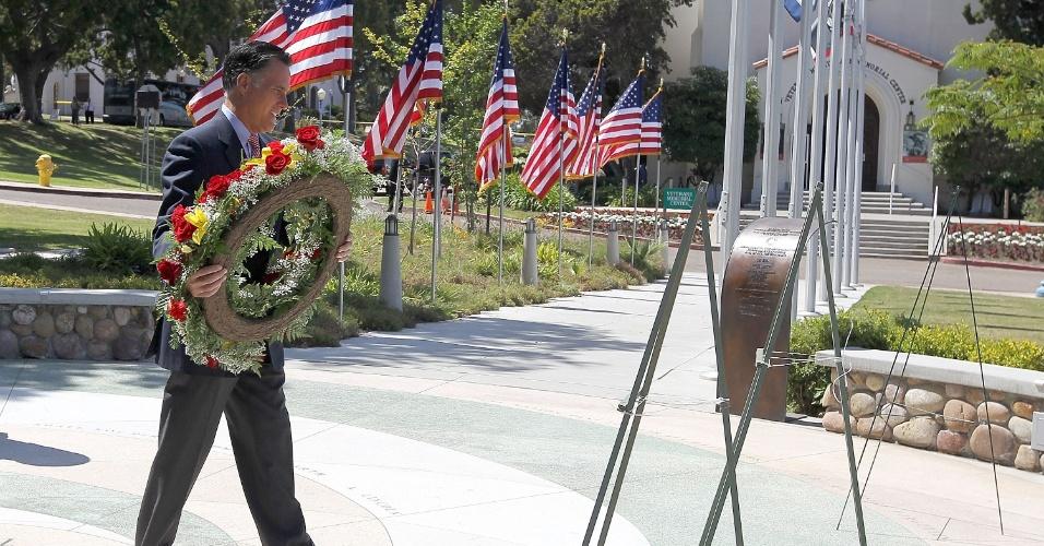 28.mai.2012 - Candidato presidencial republicano, o ex-governador de Massachusetts Mitt Romney coloca uma coroa de flores no Museu do Memorial dos Veteranos, em San Diego, Califórnia (EUA), durante a tradicional cerimonia do Dia da Memória