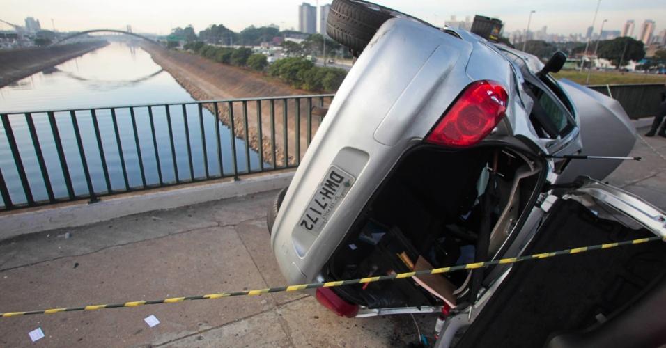 28.mai.2012 - Carro capota e deixa duas pessoas feridas em acidente na madrugada desta segunda (28) na ponte da Casa Verde, sentido Santana, em São Paulo