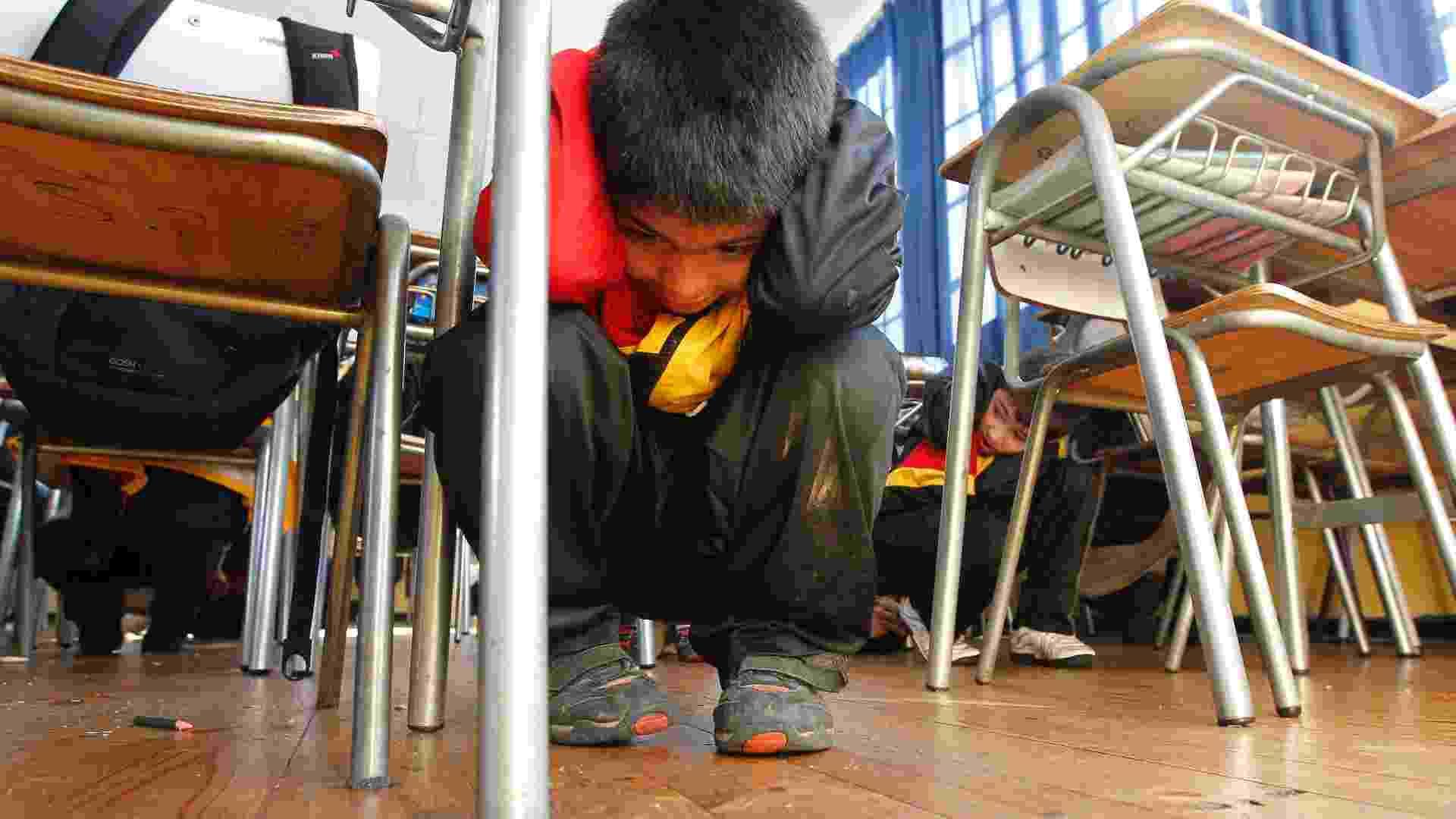 28.mai.2012 - Crianças em sala de aula participam do exercício de simulação contra tsunamis e terremotos, realizado na cidade de Valparaíso, Chile - Martin Bernetti/AFP