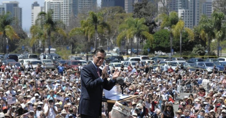 28.mai.2012 - Mitt Romney, candidato presidencial republicano e ex-governador de Massachusetts, aplaude veteranos da II Guerra Mundial no Centro e Museu do Memorial dos Veteranos, em San Diego, Califórnia (EUA), durante a tradicional cerimônia do Dia da Memória