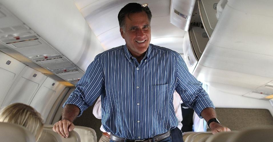 28.mai.2012 - Mitt Romney, candidato presidencial republicano e o ex-governador de Massachusetts, fala com membros membros da imprensa em avião de campanha, antes de partir para o Colorado (EUA)
