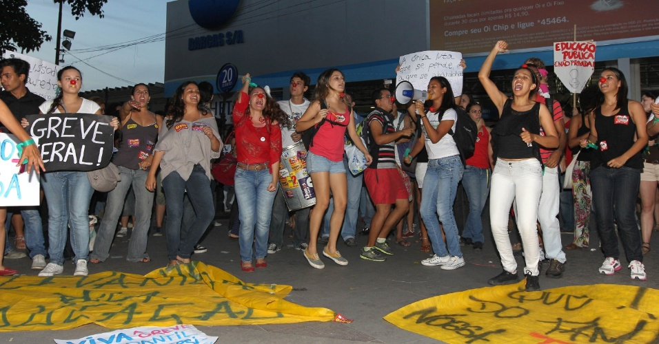 28.mai.2012 - No Rio de Janeiro, professores das federais que ficam no Estado fizeram uma manifestação na Praça 15, no centro da capital fluminense. Eles distribuíram panfletos para explicar o porquê do movimento nacional de greve