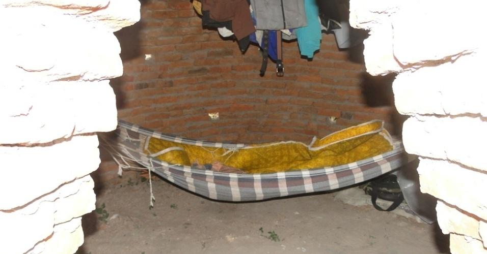 28.mai.2012 - Redes montadas nos fornos eram usadas como dormitórios para os trabalhadores que viviam em condições análogas à escravidão em sete carvoarias irregulares no sul do Piauí. Durante inspeção no local, a PRF (Polícia Rodoviária Federal) encontrou 70 profissionais em situação inapropriadas, além de cinco toneladas de carvão