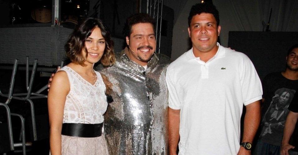 A modelo Bia Anthony e o ex-jogador Ronaldo prestigiam Tiago Abravanel em musical (27/5/12)