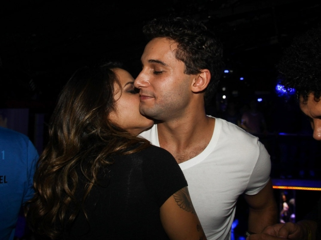 Alinne Rosa e Rafael Almeida se beijam em festa (27/5/12)
