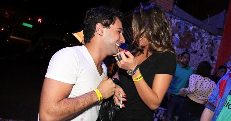 Alinne Rosa e Rafael Almeida se divertem em festa (27/5/12)