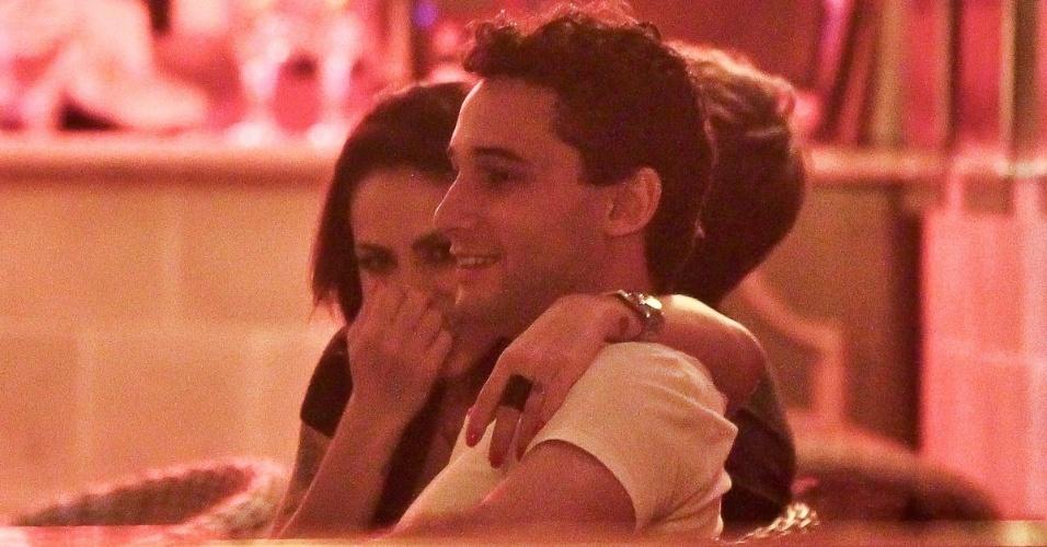 Alinne Rosa e Rafael Almeida trocam carícias durante jantar (27/5/12)