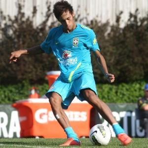De perna esquerda, Neymar tenta o chute durante treino da seleção brasileira