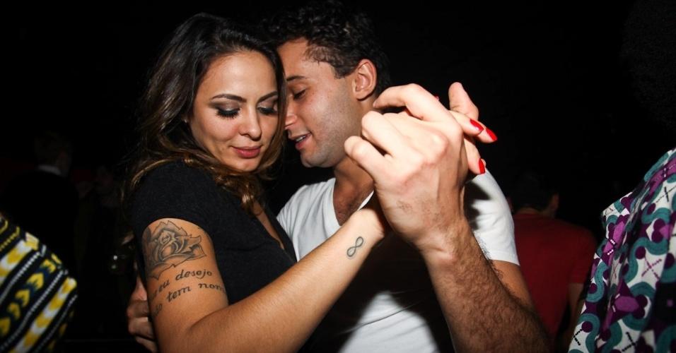 Alinne Rosa e Rafael Almeida dançam juntos em festa (27/5/12)