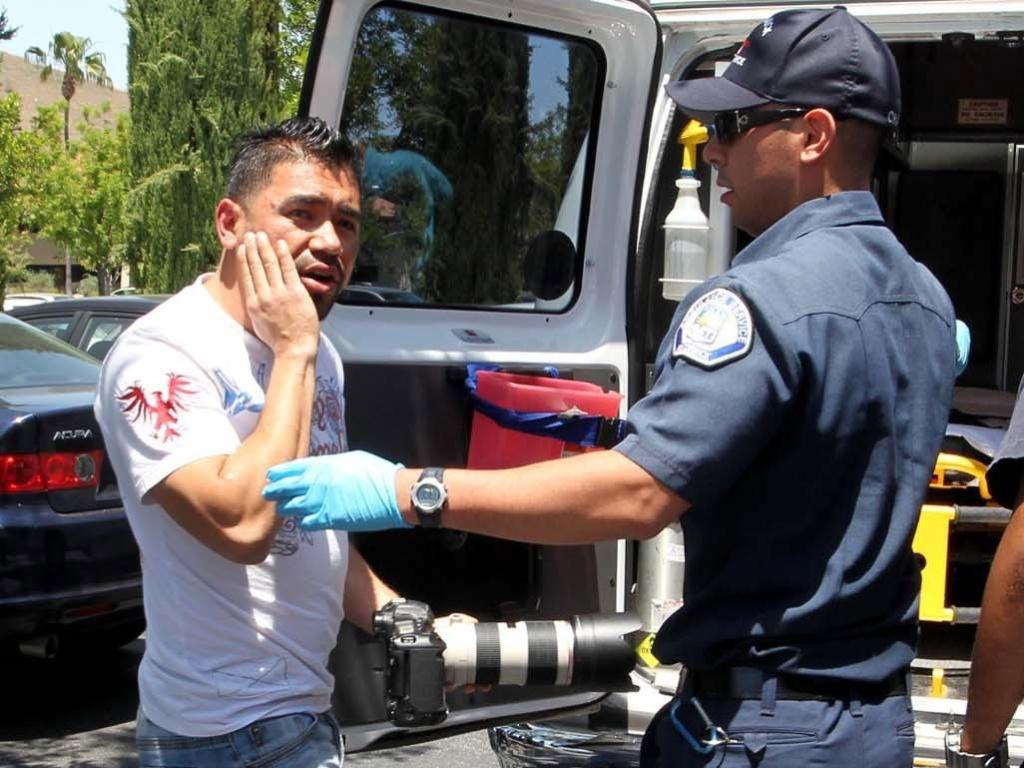 Fotógrafo é atendido por ambuância após se envolver em confusão com Justin Bieber (27/5/12)