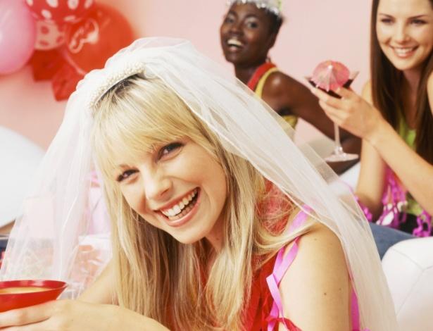 O ideal é promover o chá da noiva por volta de três a quatro meses antes do casamento - Thinkstock