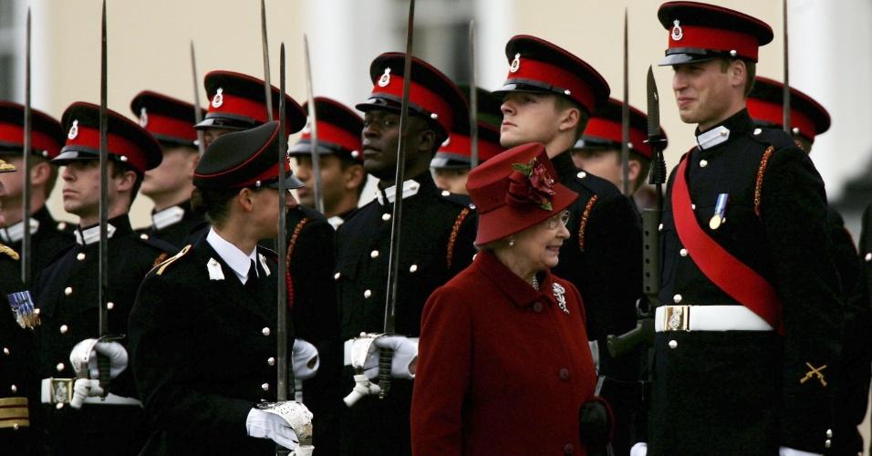 Príncipe William (ao fundo, da direita para a esquerda) é inspecionado pela avó, rainha Elizabeth II, como parte da